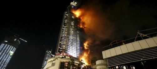 O fogo pode ser visto consumindo todo o edifício.