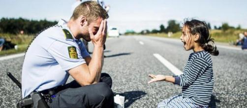 Policial dinamarquês e uma menina refugiada síria