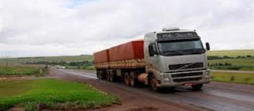 Um caminhoneiro pela estrada afora