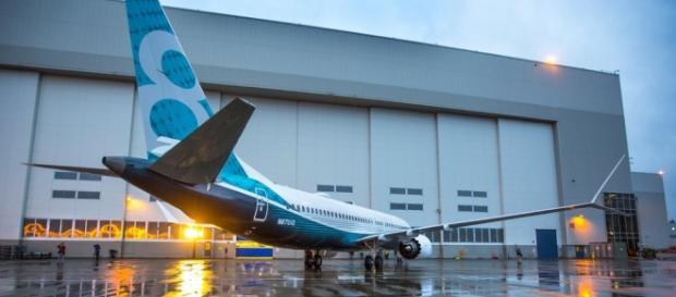 Imagem do novo avião da Boeing em sua fábrica.