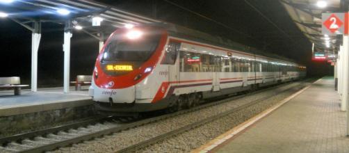 Un tren de Cercanías circulando en simple