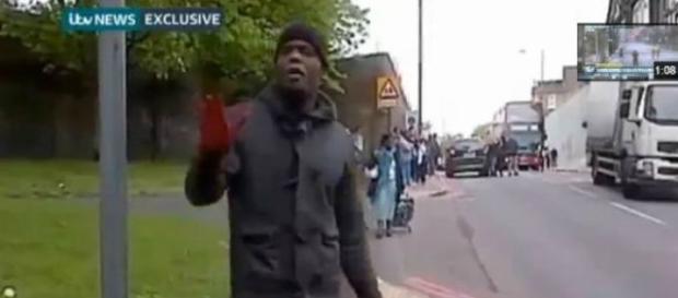 L'aggressore filmato subito dopo aver decapitato.