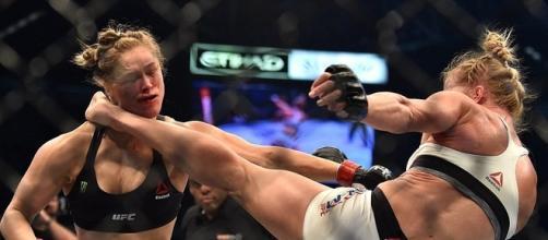 Chute fantástico de Holly Holm contra Ronda Rousey