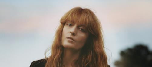 Florence regressa com o seu terceiro trabalho.