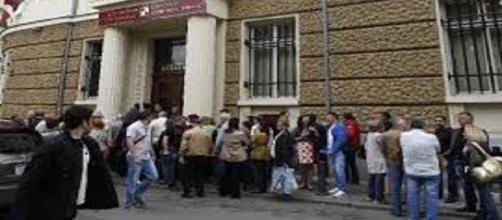 Vittime del 'salva banche' corrono agli sportelli