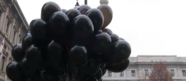 I palloncini neri della manifestazione