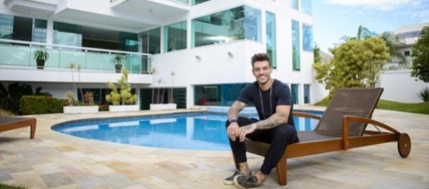 Lucas Lucco mostra sua mansão no RJ