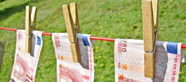 Notas de Euro secando no varal