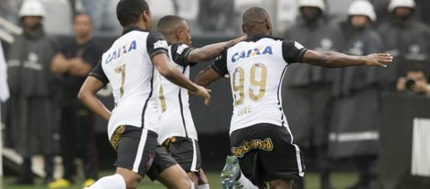 Vagner Love (99) fez o gol 71 do Corinthians