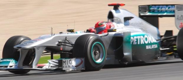 Michael Schumacher pilotando el Mercedes W02