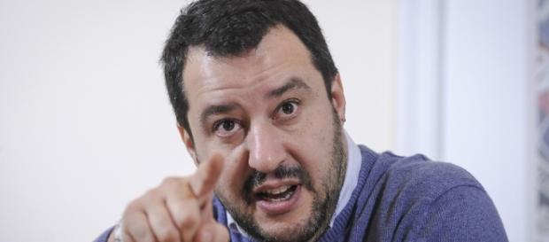 Salvini che parla ai cittadini.
