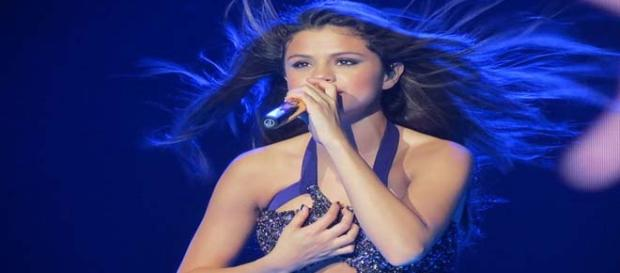 Selena sasses doubters about singing live.