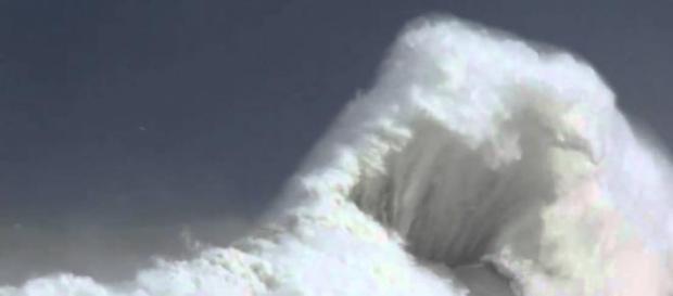 Una impresionante ola en la costa asturiana