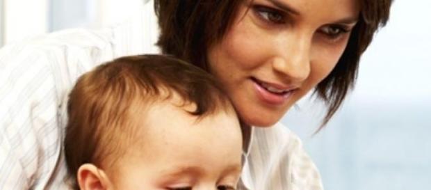 la madre cuida de su hijo