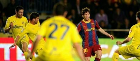 Leo Messi rodeado de jugadores del Villarreal