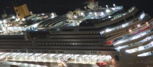 Eventré, le Costa Concordia coule petit à petit...