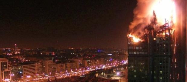 La Torre Windsor durante el incendio de 2005