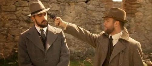 Fernando punta una pistola contro Olmo