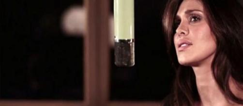 Maria Belén canta 'Amarti è folle'