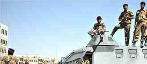 Miliciens Houthi patrouillant dans la capitale.