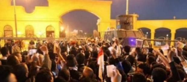 Imagem do tumulto na entrada do estádio