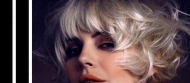 Tagli capelli lunghi scalati con frangia laterale