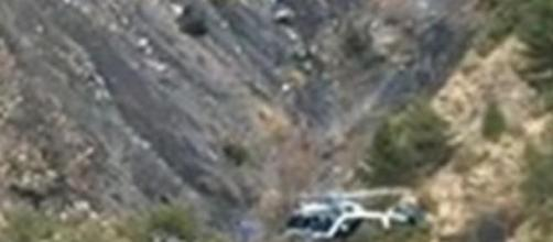 Imagem do helicóptero sobrevoando o local da queda