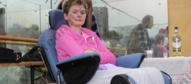 Cantareata romanca blocata intr-un scaun cu rotile