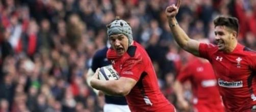 Jonathan Davies powers over for Wales' second try