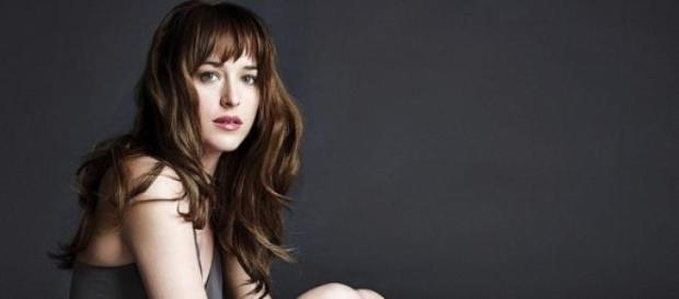 Dakota Johnson posando para una sesión de fotos.
