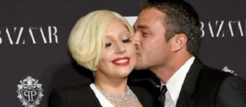 Foto de archivo de Lady Gaga con su novio.