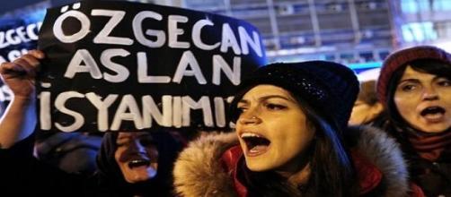 Manifestantes contra o assassinato da jovem