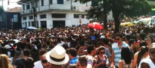 Ruas da Vila Madalena são tomadas pelo público