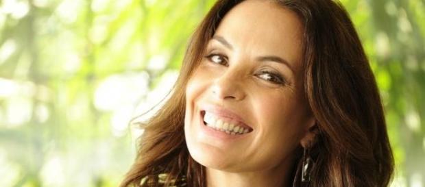 Carolina Ferraz, linda e grávida, aos 45 anos