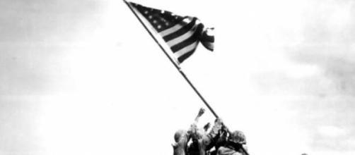 La celebre foto Raising the flag on Iwo Jima.