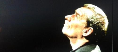 Paolo Conte ispirato durante un concerto.