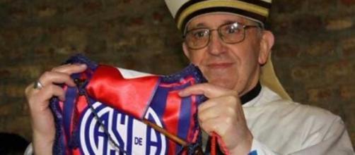 Papa Francesco con il gagliardetto del San Lorenzo