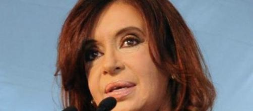 Presidente Cristina discursa e ignora protestos