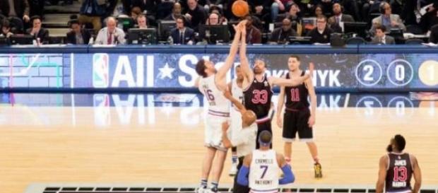 Pau y Marc Gasol en el salto inicial del All Star