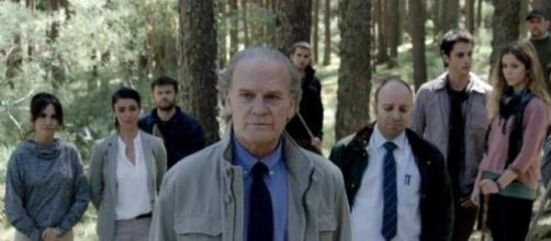 Varios actores de 'Bajo Sospecha' en una escena
