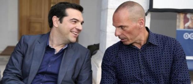 Tsipras y Varoufakis conversan