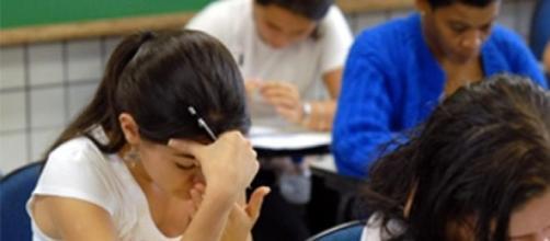 Estudiantes realizando prueba de acceso.