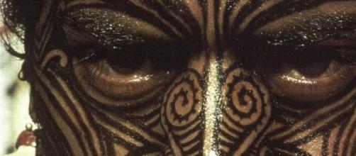 Guerreiro Maori com o rosto tatuado