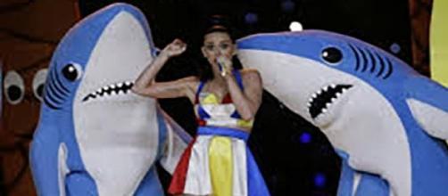 Katy Perry chante durant la mi-temps du Superbowl.