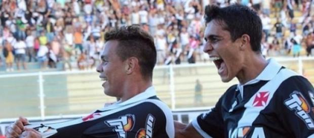 Comemoração dos autores dos gols do Vasco