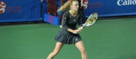 Wozniacki faces Halep in the last-four in Dubai