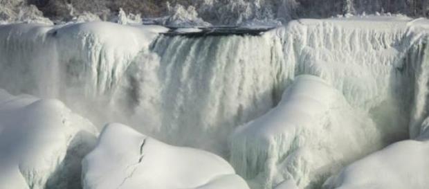 As Cataratas do Niágara estão congeladas.