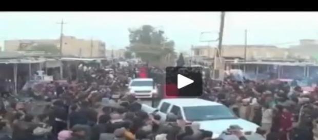 Statul Islamic, plimba prizonierii in custi