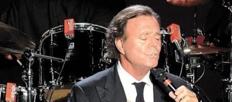 Foto de archivo de Julio Iglesias cantando.