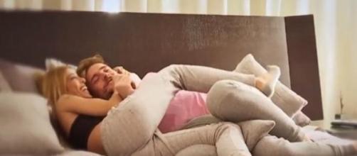 Tony y Oriana continuamente abrazados